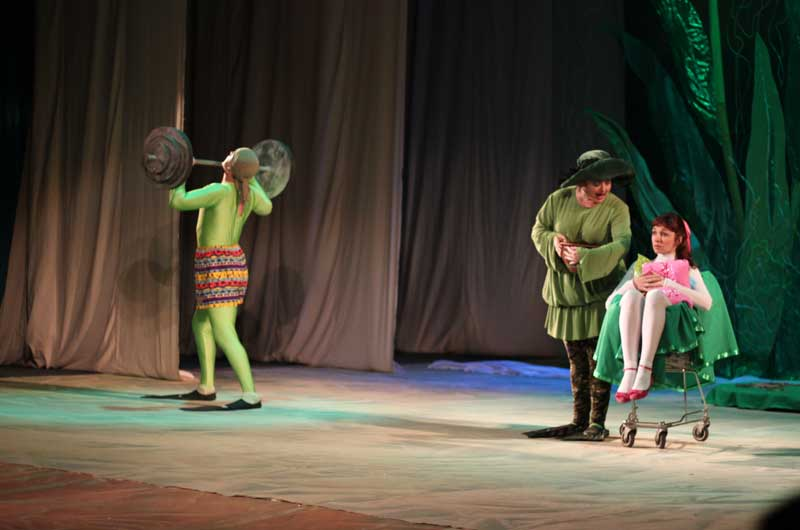 """В """"Дюймовочке"""" не много реквизита, но большая сцена Винницкого драмтеатра не кажется пустой: актеры успешно осваивают и """"держат"""" сценическое пространство"""