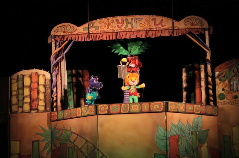"""Название спектакля, """"Кто тут самый главный?"""", оказалось символическим: самым главным в постановке запорожских кукольников было отсутствие развитого сюжета"""