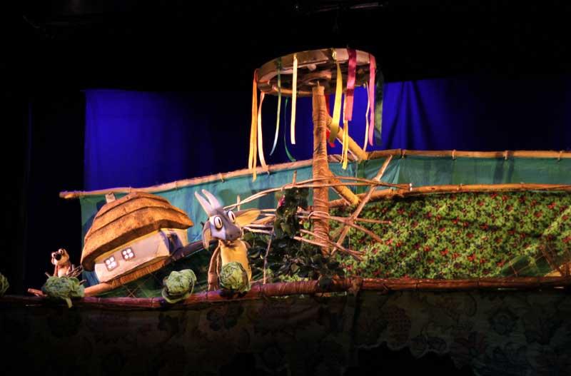 """Действие спектакля """"Українські переспіви"""" происходит в нескольких плоскостях, на каждого персонажа по две куклы: маленькая играет на заднем плане, большая – на среднем и переднем. Вот и все чудеса, а сказка захватывает – глаз не оторвать"""