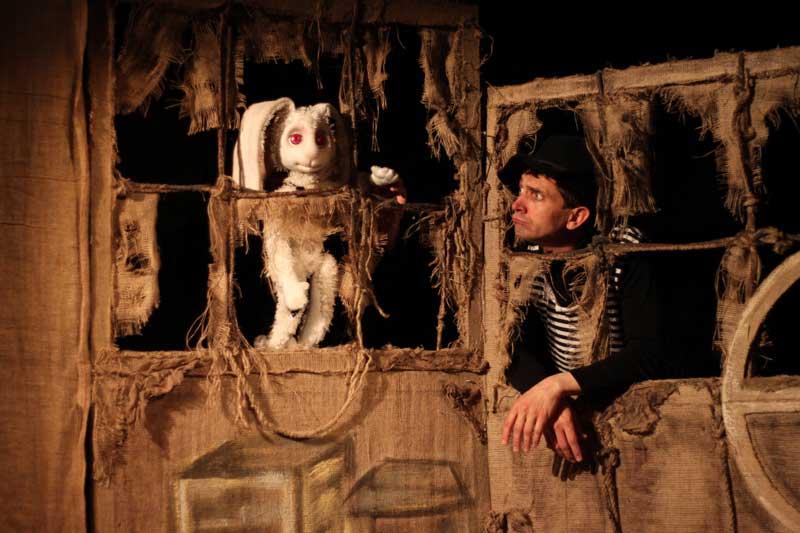 """В """"Тринадцатой звезде"""" Мики Ду – не кукла, а драматический персонаж. Это драматизирует историю, которую рассказывает театр, усиливает смысловое и образное напряжение (возникает ось """"человек-животное"""" – """"животное-человек"""")"""
