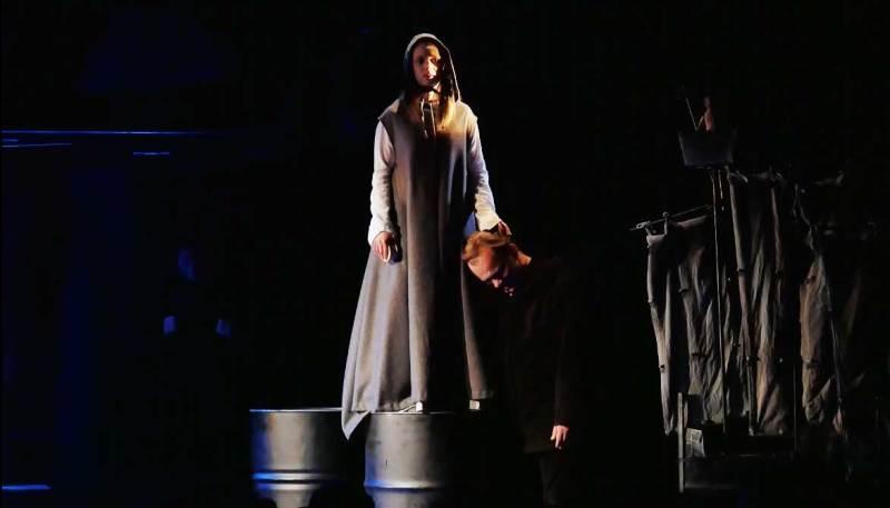 52-Офелия-гладит-Гамлета-по